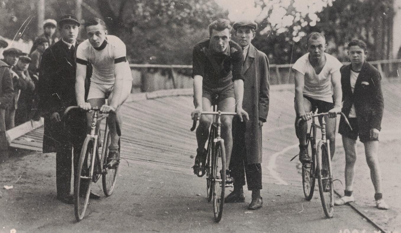 Lietuvos čempionato 3 km treko lenktynės. Pirmas iš kairės – Vladas Jankauskas, 1928 m. Amsterdamo olimpinių žaidynių dalyvis. Kiti nuotraukoje esantys asmenys nenustatyti.