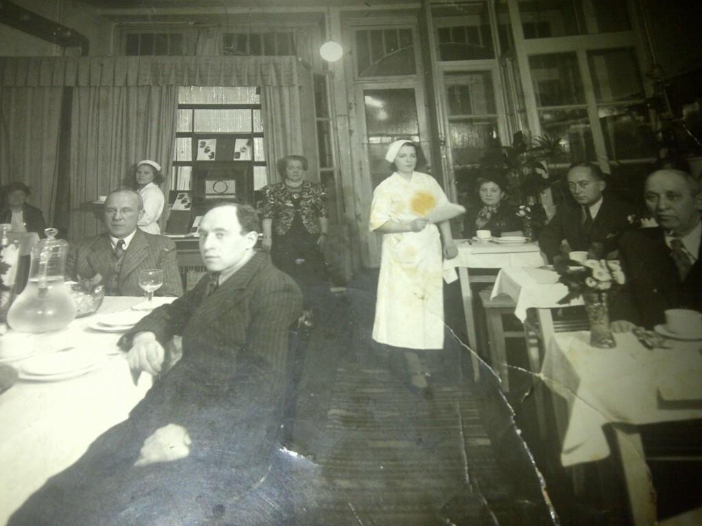 Fania Lewando (antrame plane viduryje) savo vegetariškame restorane, YIVO instituto nuotr.
