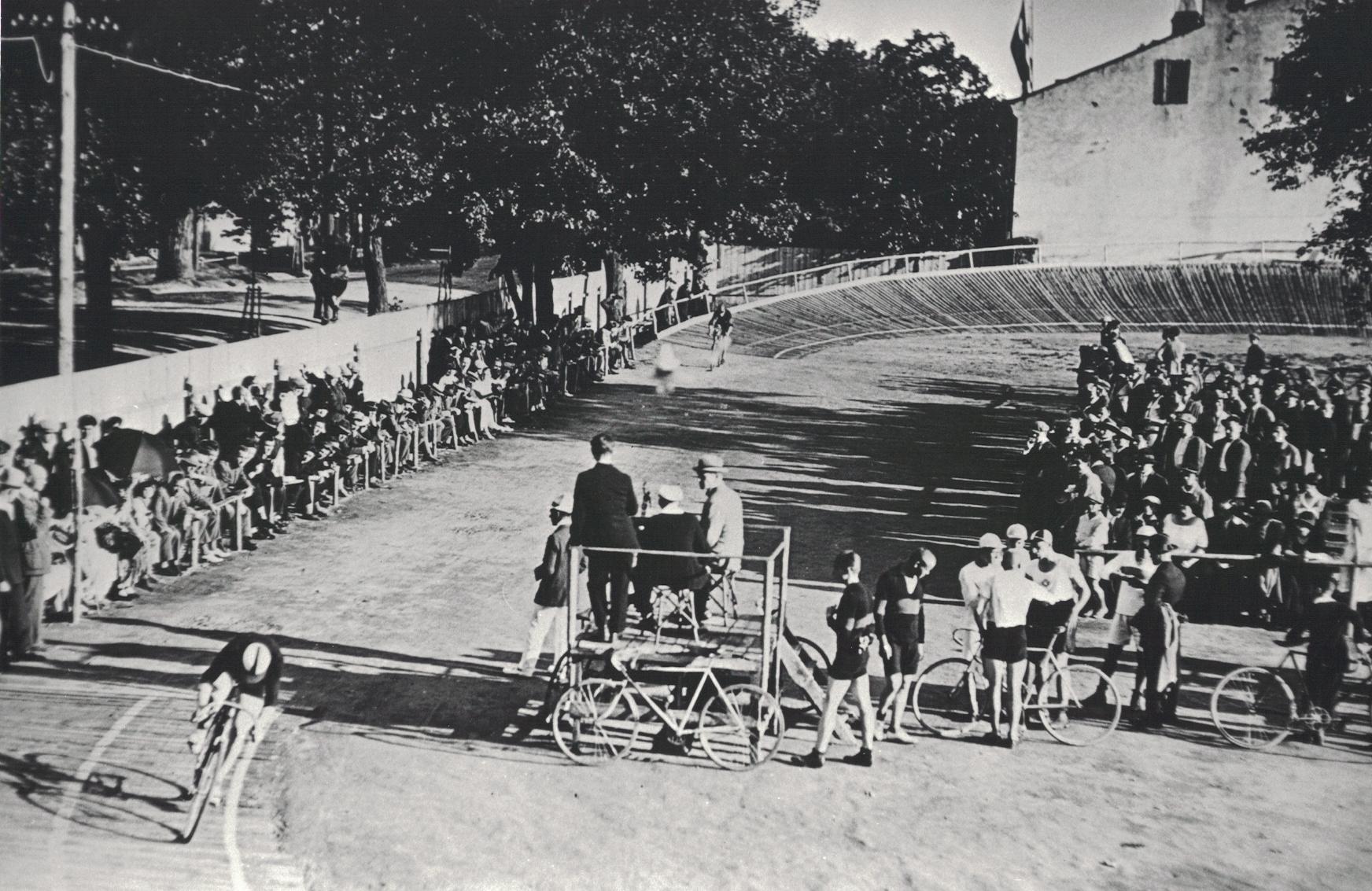 Dviračių trekas 1925 m. Lietuvos sporto muziejaus fondų archyv.