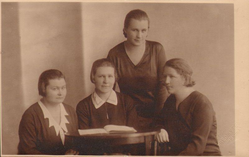Aušrininkės – Kudirkaitė Juzė, Murzaitė Agnė, Vaitiekūnaitė Elžbieta, Šilinaitė Pranė. © Lietuvos švietimo istorijos muziejaus nuotr. ®