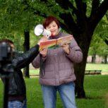 """Neringa Dangvydė skaito """"Gintarinę širdį"""", 2015 m., Tolerantiško jaunimo asociacijos nuotr."""