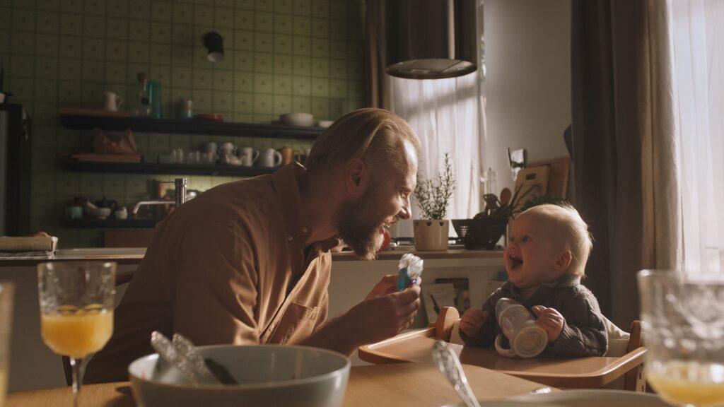 Tėtis su vaiku, Lygių galimybių kontrolieriaus tarnybos nuotr.