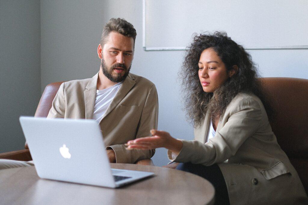 Du darbuotojai diskutuoja, Anna Shvets/ paxels.com nuotr.